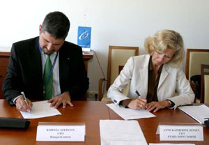 The signing of the agreement. From left Kornél Szepessy, CEO of HungaroControl and Anne Kathrine Jensen, Managing Director of Entry Point North