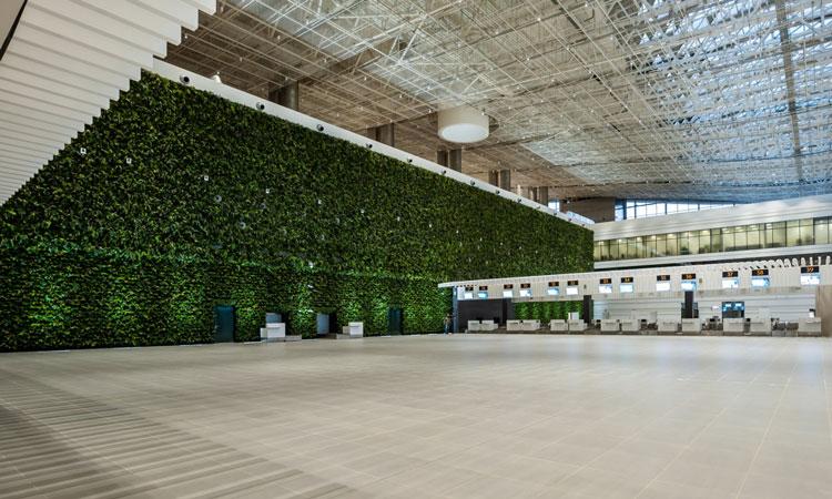 El aeropuerto contiene el muro verde más grande de Europa.