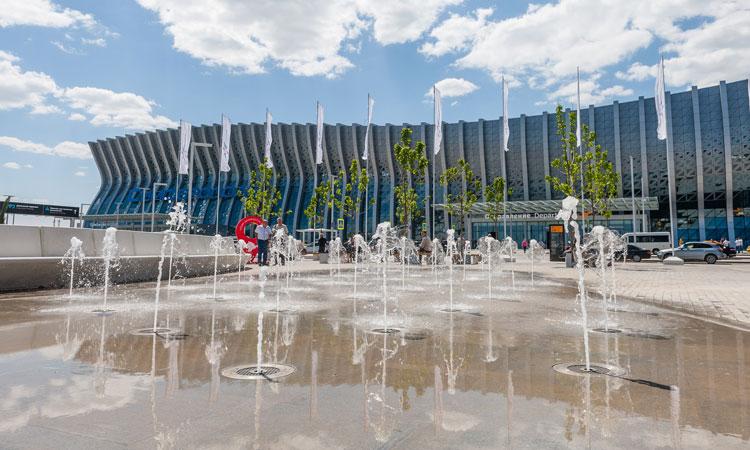 Fuera de la terminal hay un parque paisajístico de 11 hectáreas, una fuente seca y un área de recreación.